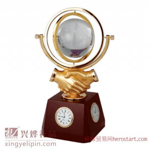 房地产促销礼品、合作握手地球仪摆件、水晶纪念礼品定做、水晶奖杯定做、广州工艺礼品厂家