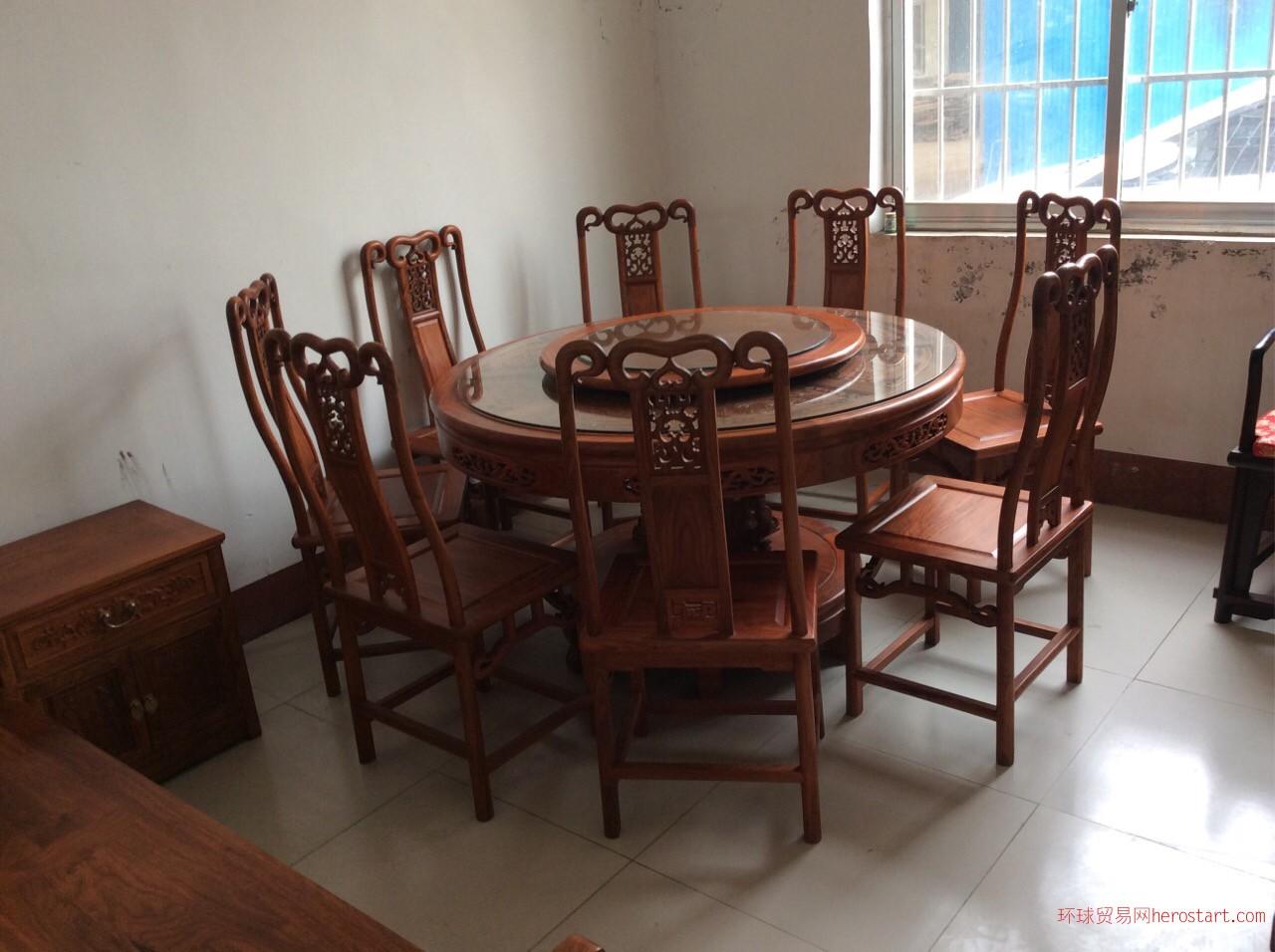 大型家庭圆餐桌