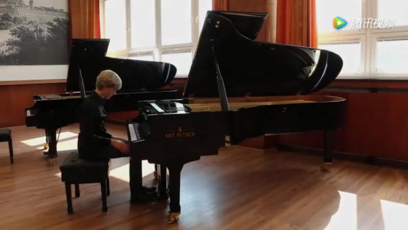 Matyas Novák弹奏佩卓夫钢琴演绎帕格尼尼