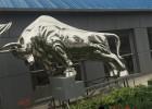 镜面不锈钢牛雕塑,象征砥砺奋进的精神