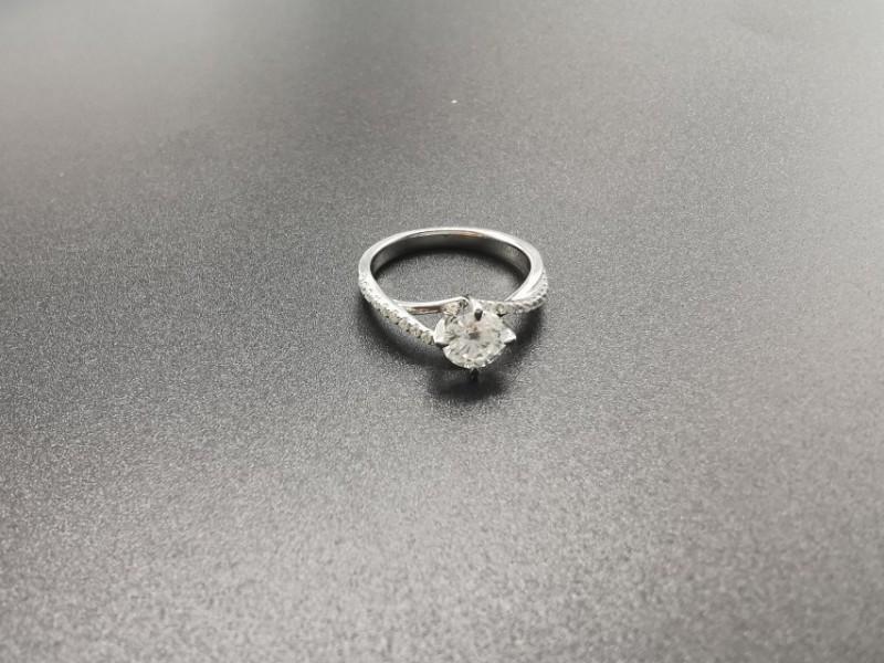 莫桑钻求婚订婚戒指 价格美丽 大气简约款式 123克拉
