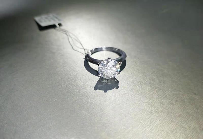 18K金六爪镶嵌莫桑石钻戒 vvs纯净 1克拉价格2克拉定制