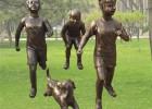 铜雕公园童趣、小孩穿大鞋雕塑