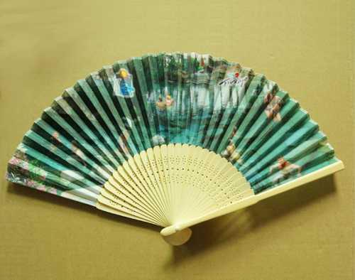 厂家专业生产竹制折叠扇子,(材质:绢布 竹柄)质量可靠!