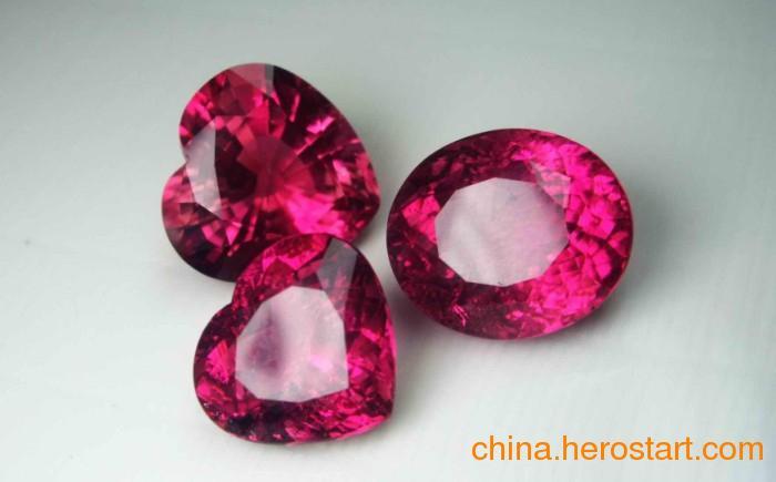 供应彩色宝石镶嵌首饰新产品主要取材于18K黄金或白金,经过特殊工艺切割打磨的天然彩色宝石和其他宝石