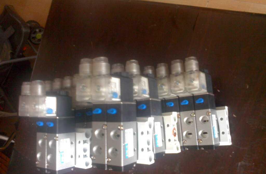供应电脑全自动绣花机电磁阀组4v210-084v110-06图片