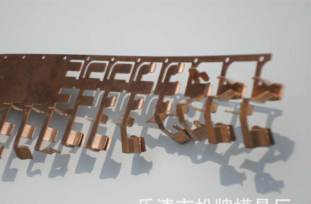 各种电墙壁开关冲压件自动模具,模具寿命5000万,本模具突破传统的排料方式,使用高速模具结构,精密线切割的加工(线切割加工形式客户自选)进口SKD11模具材料,设计师独具匠心的设计。关键尺寸和插拔力设计成可调,模具比以往的模具比较起来有以下优点 :模具寿命长, 第二:维修方便, 第三:材料利用率高 第四:模具稳定 第五:关键尺寸和插口尺寸设计成可调结构,大大的提高了生产效率和维修成本乐清市松牌模具厂线切割20台,穿孔一台,冲床等配套设施,在乐清范围内可提供修模具服务。